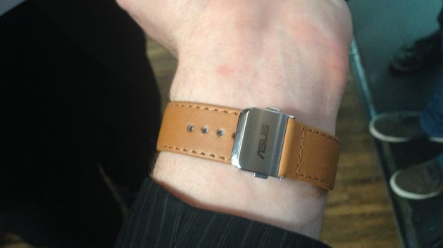 The ZenWatch clasp can dig into the wrist, causing discomfort.