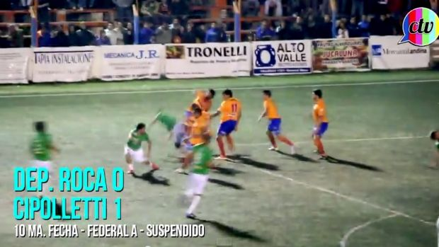 Fighting erupts between players from Deportivo Roca and Cipolletti.