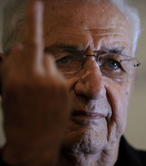 Not impressed: Frank Gehry flips a reporter the bird.