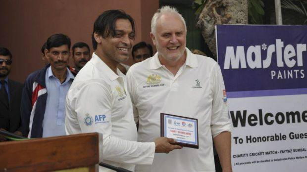 Former Pakistan quick Shoaib Akhtar with the Australian High Commissioner to Pakistan, Peter Heyward.