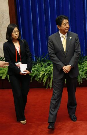 Shinzo Abe and an aide wait for Xi Jinping's arrival at Beijing's Great Hall of the People.