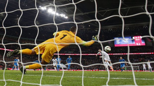 Wayne Rooney scores from the spot.