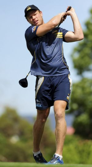 New Brumbies recruit Blake Enever tries his hand at golf.