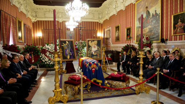 Visitors pay their respects to Spain's Duchess of Alba as her body lies in Seville.
