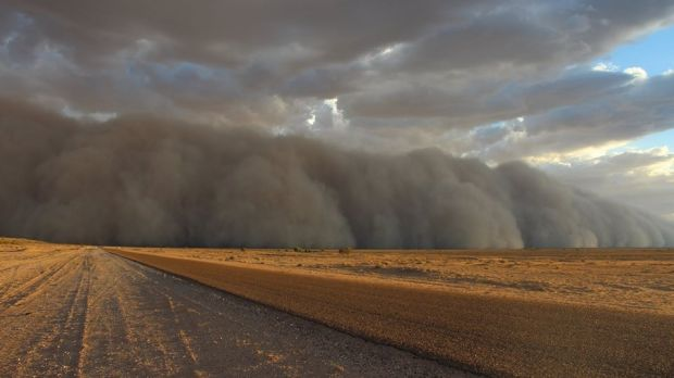 The dust storm blows in to Bedourie.