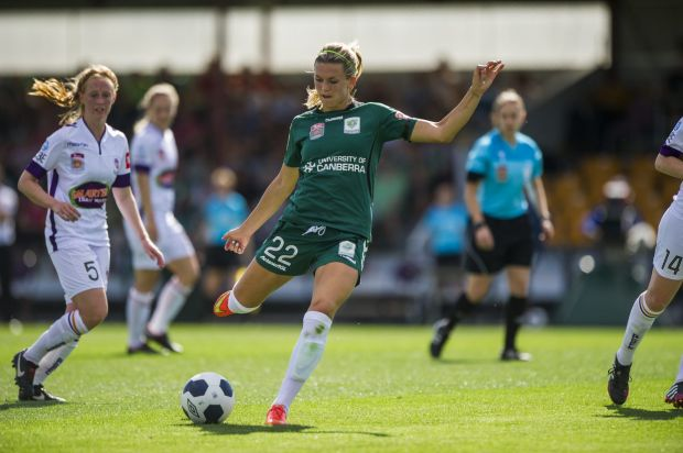 Canberra United player Stephanie Ochs in action.