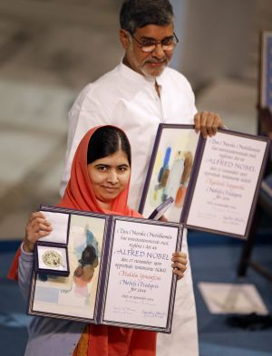 Malala Yousafzai and Kailash Satyarthi with their Nobel peace prizes.