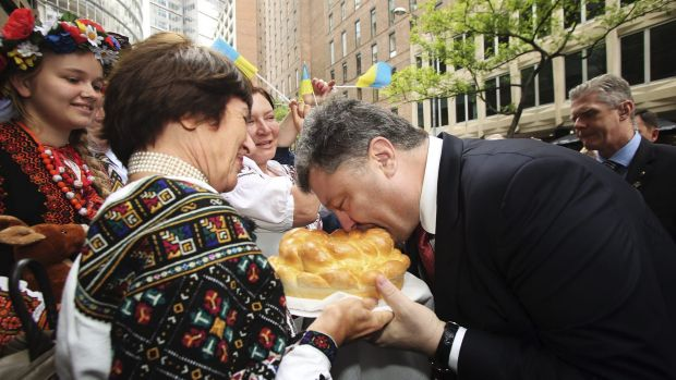 Kristina Bailey presents a bread dish to Ukrainian President Petro Poroshenko  at the Lowy Institute in Sydney.