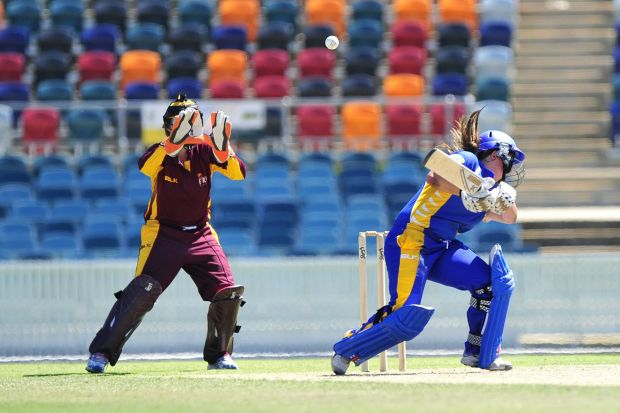Queensland Fire wicket keeper Bethany Mooney catches a bouncer as ACT Meteors batter Jenny Taffs ducks.