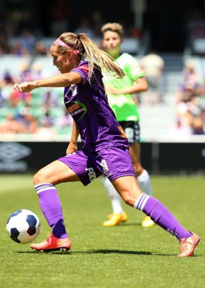 Shelina Zadorsky of the Glory controls the ball during the W-League Grand Final.