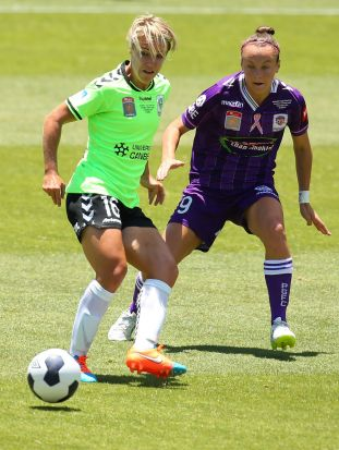 Lori Lindsey of Canberra passes the ball against Caitlin Foord of the Glory.