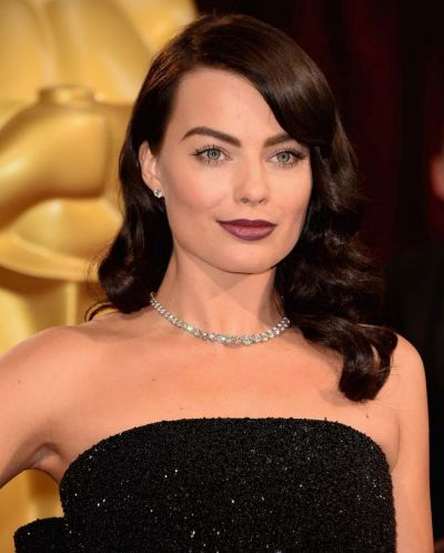 The normally-blonde Margot Robbie wowed on the Oscar's red carpet with gothic makeup and a new dark do.