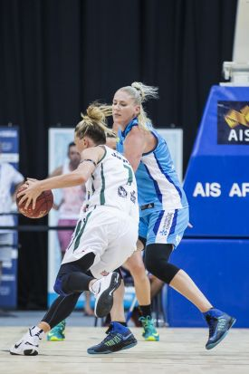 auren Jackson of the Canberra Capitals defending against Penny Taylor of the Dandenong Rangers.