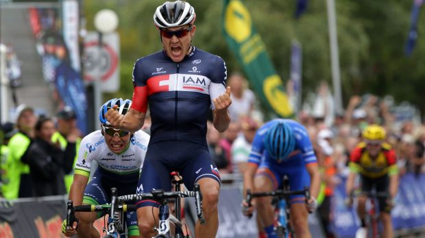 Heinrich Haussler beats Caleb Ewan in the sprint to the finish line.