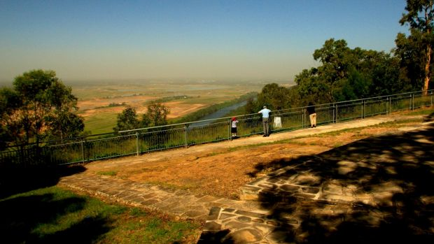 A man has fallen to his death from  Hawkesbury Heights lookout.