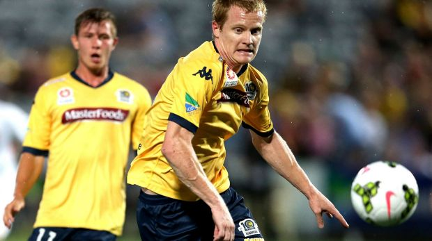 Matt Simon of the Mariners in action against the Roar on Friday night.