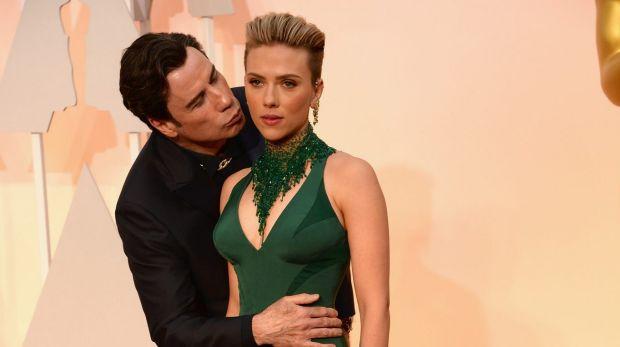 John Travolta and Scarlett Johansson's awkward picture on the Oscars 2015 red carpet.
