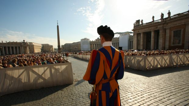 A Swiss Guard on patrol at the start of the General Audience with the Pope, attended by thousands of people in St ...