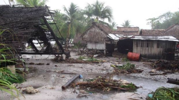 Cyclone Pam has caused major damage to homes and buildings in Kiribati and Vanuatu.
