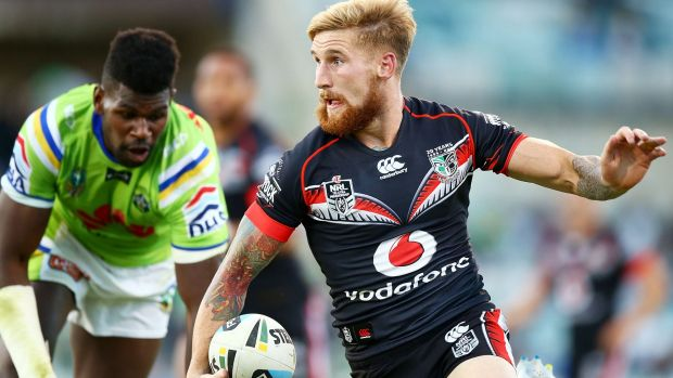 Warriors fullback Sam Tomkins skips past Edrick Lee during a commanding display for the New Zealanders.