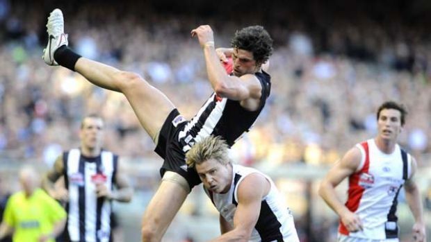 Magpie Scott Pendlebury takes possession over Clinton Jones.