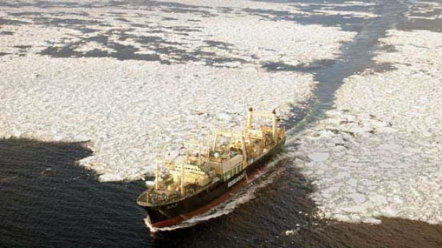 The Nisshin Maru tries to outrun the Steve Irwin by going through heavy ice.