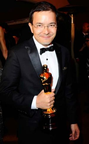 Shaun Tan with his Oscar.
