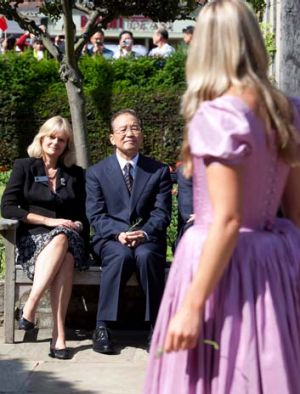 Chinese Premier Wen Jiabao looks on as actresses perform Hamlet during a visit to Shakespeare's birthplace in ...