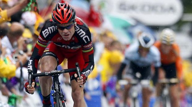 Precious time ... Cadel Evans sprints to the finish line ahead of Alberto Contador and Sammy Sanchez.