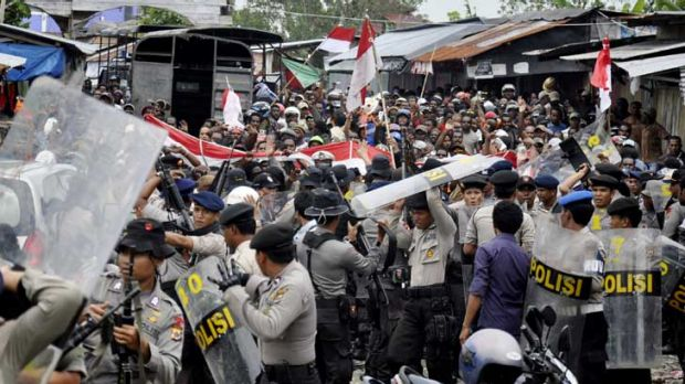 Police and workers clash in Timika.