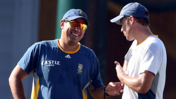 South African coach Russell Domingo has a chat with captain A.B. de Villiers during a training session at the SCG on Monday.