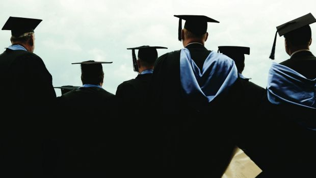 Almost one in three new graduates are still looking for work four months after finishing their studies.