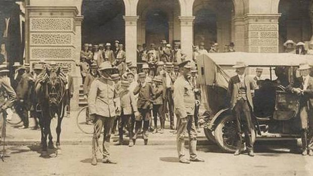 Police and bushmen outside Brisbane's General Post Office during the general strike.