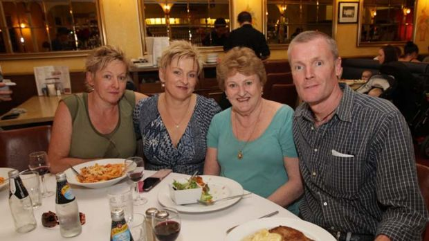 Gordon Wood (right) has dinner with his sisters Michele Wood (left), Jackie Schmidt (2nd from left) and his mother ...