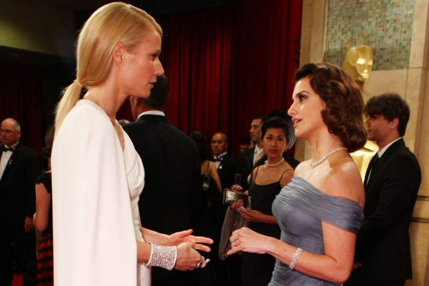 Gwyneth Paltrow and Penelope Cruz chat before the Oscars ceremony begins.