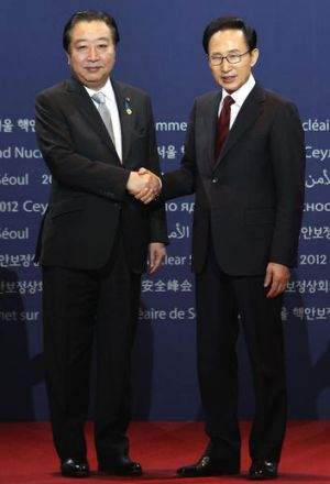 South Korean President Lee Myung-bak (R) and Japanese Prime Minister Yoshihiko Noda.