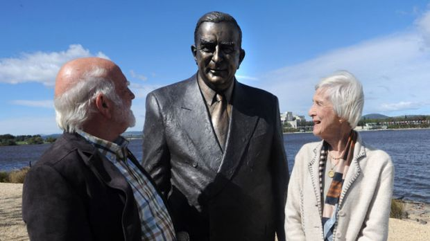 Sir Robert Menzies' daughter Heather Henderson and artist Peter Corlett with the  Sir Robert menzies sculpture  in ...