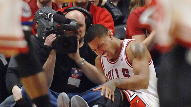 Chicago Bulls star Derrick Rose grimaces after hurting his knee in his side's win over the Philadelphia 76ers.