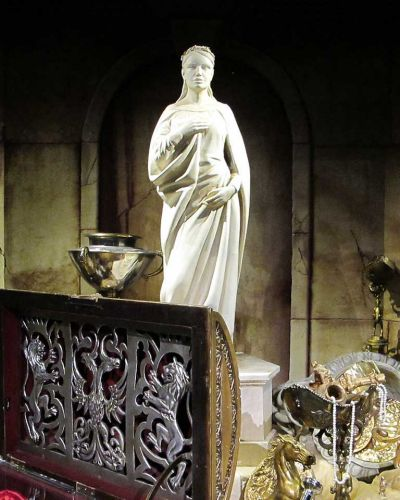 A statue of Queen Susan along with her treasure chest.