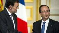 Spain's Prime Minister Mariano Rajoy (L) shakes hands with French President Francois Hollande