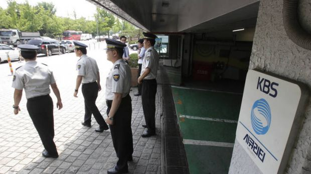Threats against the media ... South Korean police officers stand guard in front of the Korea Broadcasting System (KBS) ...