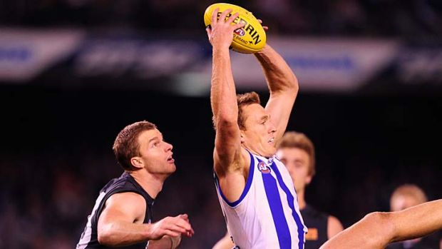 North's Drew Petrie outmarks Carlton's Lachie Henderson.