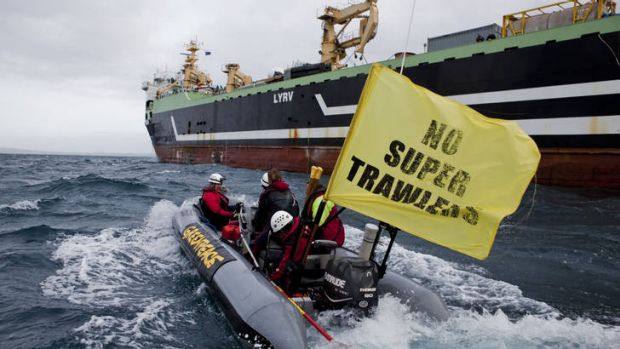 Greenpeace activists close in on the Margiris.