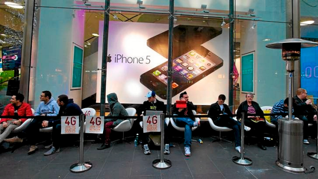 The Age News Picture by Wayne Taylor  21st September 2012 People line up for the new iphone 5 being released this ...
