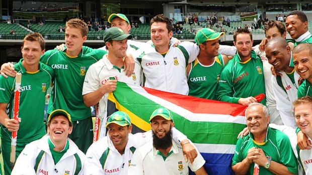 Grinners ...  South Africa's cricket side celebrate their 2008 Boxing Day Test win.