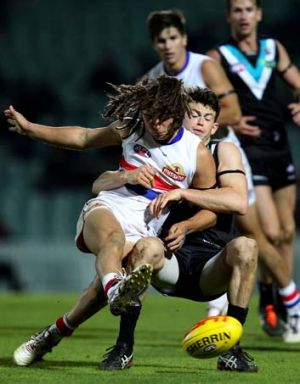 Luke Dahlhaus kicks under pressure.