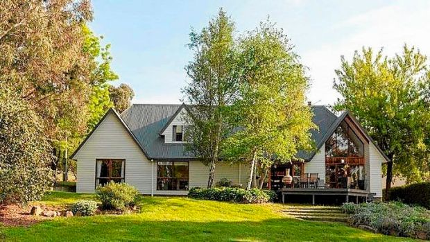 This rural retreat set on 13 acres has all the creature comforts and is still close enough to Canberra to make commuting ...