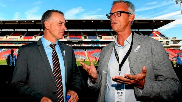 Jets-setter ... Gary van Egmond (L), pictured with David Gallop, is set to stay with the Newcastle Jets.