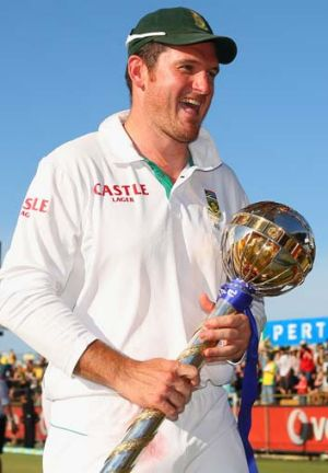 Top prize … Graeme Smith with the No.1 trophy.