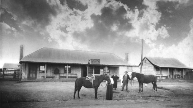 Mon Lazarus and wife holding horses in front of the Cricketers Arms circa 1918.